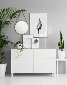 Collage med tavlor på bänk i hallen. Poster och prints i guldramar. Inspiration till hallen eller vardagsrummet. Desenio.com