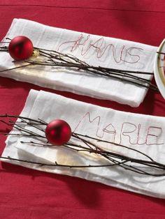 Edel wirkt der Namens-Schriftzug auf den Servietten. Aus rotem Blumendraht wir der Namen jedes Gastes schreiben.
