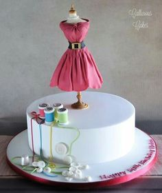 Do you love cake decorating? These 16 DIY Craft Inspired Cakes are almost too cute to eat! Sewing Machine Cake, Sewing Cake, Fancy Cakes, Cute Cakes, Fondant Cakes, Cupcake Cakes, Fondant Cake Designs, Beautiful Cakes, Amazing Cakes