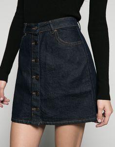 Джинсовая юбка с пуговицами. Откройте для себя эти и многие другие товары Bershka с новыми коллекциями каждой недели