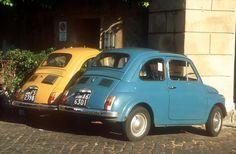 Due Fiat 500 parcheggiate in una strada