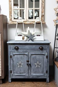 Antiquechic - Page 2 of 70 - recycling and reinventing furniture Diy Door, Rustic Decor, Painted Furniture, Nightstand, Vanity, Creative, Table, House, Inspiration