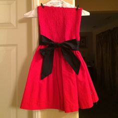 Hollister Halter Dress This cute little red dress has elastic at the top of the dress and flares out a little on the bottom of the dress. It has a lining underneath and comes with a navy blue belt. The sea gull insignia is at the bottom.❤️ Hollister Dresses