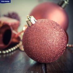 Aké farby u Vás budú prevládať počas tohtoročných Vianoc?  Tento rok môžete zvoliť netradičnú dekoráciu v nežnej a harmonickej ružovej.  Ak by ste sa rozhodli pre väčšiu zmenu, môžete jemnou ružovou namaľovať aj jednu zo stien v miestnosti, čím docielite celkový harmonický dojem trendových Vianoc. Christmas Bulbs, Holiday Decor, Home Decor, Decoration Home, Christmas Light Bulbs, Room Decor, Home Interior Design, Home Decoration, Interior Design