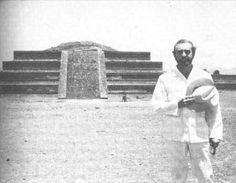 Ángel González en Teotihuacan (México) (1970).