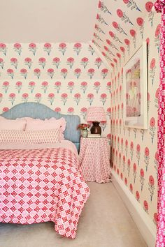 Molly Mahon's house in Sussex | House & Garden Modern Cottage Style, Coral Wallpaper, Next Bedroom, Vintage Sofa, Bedroom Colors, Interior Design Inspiration, Wabi Sabi, Color Trends, Decoration