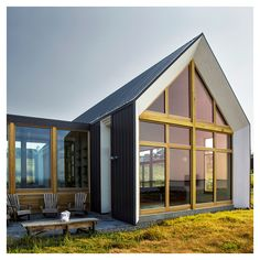 Architecture design the Les Jumelles, two small buildings linked in order to create a single family holiday house - CAANdesign Vernacular Architecture, Architecture Design, Small Tiny House, Small Buildings, Architect House, Story House, Modern Farmhouse, Modern Barn, Canada