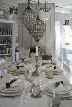 Los vasos y las servilletas de tejido están sobre la mesa en cocina.
