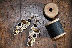 Cukorpalantak / Béžovo-zlaté soutache náušnice