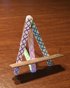 A phone or canvas easel- so cute! Made from sharpies on Popsicle sticks, hot glue and creativity! So easy and cute!