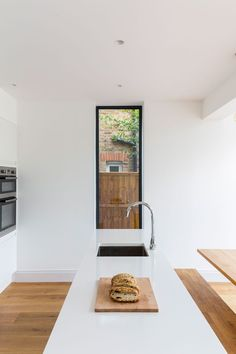 0558 - Rear extension in Surbiton. A single storey rear extension has been added to a family house in Surbiton. House Extension Plans, House Extension Design, Extension Designs, Glass Extension, Rear Extension, Extension Ideas, House Design, Diy Kitchen Decor, Kitchen Design