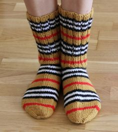 Leikkien langalla: Burberry -villasukat Cool Socks, Awesome Socks, Knitting Socks, Handicraft, Diy Clothes, Mittens, Sewing Crafts, Knit Crochet, Burberry