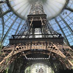 Sim Karl Lagerfeld colocou uma torre Eiffel dentro do Grand Palais como cenário do desfile de alta costura... #fashionshow #gabriellechanel #paris #fw1718  via ELLE PORTUGAL MAGAZINE OFFICIAL INSTAGRAM - Fashion Campaigns  Haute Couture  Advertising  Editorial Photography  Magazine Cover Designs  Supermodels  Runway Models