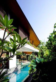 """A """"casa alada"""", projeto do escritório K2LD Architects, está localizada em Singapura, em meio a um cenário natural paradisíaco."""