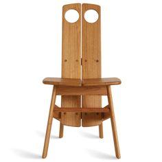 Criada em 2012 por Sergio Rodrigues em homenagem a seu discípulo Fernando Mendes, a cadeira Fernando está disponível em duas versões: toda em madeira (freijó natural ou tonalizado), ou com assento estofado.