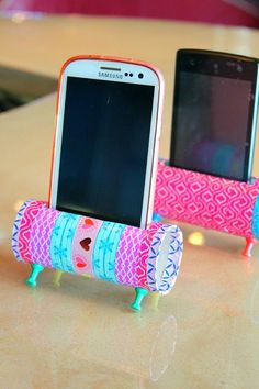 Easy DIY Phone Holder using toilet paper rolls Einfacher DIY-Telefonhalter mit Toilettenpapierrollen Diy Phone Stand, Support Telephone, Diy Simple, Toilet Paper Roll Crafts, Toilet Paper Rolls, Toilet Paper Holder Uses, Cardboard Tube Crafts, Toilet Roll Craft, Toilet Paper Art