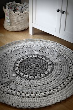 Crochet rug - no pattern, but nice colors and several other rugs at this site Mode Crochet, Crochet Home, Crochet Crafts, Crochet Yarn, Yarn Crafts, Chunky Crochet, Crochet Motifs, Crochet Patterns, Yarn Projects