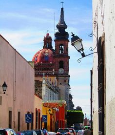 Calle José María Arteaga, llegando al beaterio de Santa Rosa. #queretaro #barroco #barroque #church #virreinatomx #facade #arquitectura #templosmx #igersqro #archiporn #Street