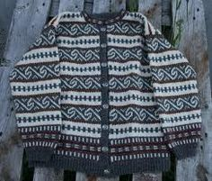 Vintage pattern from the Norwegian crafts cooperative Husfliden. Reissued by Husfliden's supplier, Raumagarn in extended sizing and with a pullover variant. The Rauma leaflet may be available in English and German as well as Norwegian. Knitting Charts, Hand Knitting, Knitting Patterns, Norwegian Knitting, Hand Knitted Sweaters, Beautiful Patterns, Color Combinations, Free Pattern, Knit Crochet