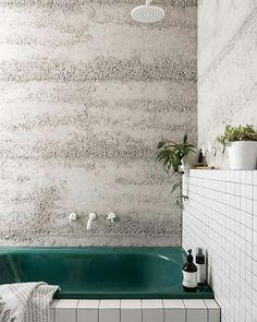 mooi kleurenpalet, gedurfde kleur voor de badkuip, mooi grafisch accent door de voegen van de tegels met stucbeton of met betonbehang en dan vernissen