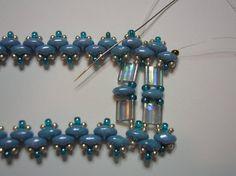 Créer un bracelet de perles unique élégante qui contient japonais Tila beads, perles de rocaille et perles de Superduo.  Ce bracelet de contact oculaire a été nommé par moi: « Lagoon ». (Je pensais aux couleurs bleu et clair à eau légère et de la lagune).  Couleurs & longueur peuvent être changés comme vous le souhaitez.  Lagune PDF modèle tutoriel est une excellente façon dutiliser les perles de Superduo ou de lits jumeaux avec léclat des perles Tila et lembellissement des perles de…