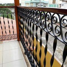 Mais um projeto finalizado.... parapeito em aço e madeira para varanda !!!  》  Orçamento 27 - 997279043 》  》    #jardim #garden #flores #suportes #paisagismo #jardimvertical #casa #decor #myhouse #decoracao  #decor #arabesco #steel #woodworking #woodworker #woods #madeira #varanda #rusticdecor #vintage #estilo #casa #arte #artesanal