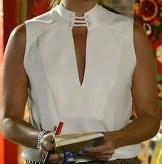 Discover thousands of images about Resultado de imagem para camisa feminina alta costuraChantun e botõe She looks discouraged, like a raise is overdue.Pin by karamail pistache on COUTURE (blouse, chemisier, debardeur) in 2019 Fashion Details, Fashion Design, White Shirts, Mode Inspiration, Blouse Designs, Designer Dresses, Cool Outfits, Clothes For Women, Womens Fashion