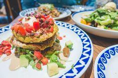 """Sí, otro episodio de publicidad gratuita para @flaxandkale, pero esque no podía dejar de compartir esta delicia que probé el otro día 😍 El caso es que en festivos y fin de semana la carta cambia y pasa a ser la de """"Weekend Brunch"""", y dentro de este """"brunch"""" que está tan de moda podéis encontrar las """"Savoury Pancakes"""" (gluten free!). En serio, buenísimas🙌🙌 #flaxandkalebarcelona #flaxandkale #teresacarles #flexiteriano #veggie #veggiebarcelona #veggiefood #healthyfood #brunch…"""