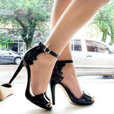 #repost -- @sapato_show: Sexta é oficialmente dia de subir o salto! E essa lindeza de sandália da Tanara é perfeita pra você que gosta de sapatos com design moderninho! Ela calça super bem e o seu desenho arrojada deixa os pés delicados! Gostou?