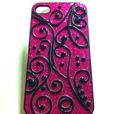 Feeling a bit crafty.I started with a glitter iPhone case, then I add some scrapbook appliqués. 10 minutes later volià a custom case both cheap and easy to do. Things needed: a case, appliqués, and a hot glue gun. Hot Glue Phone Case, Pink Phone Cases, Diy Phone Case, Phone Cover, Easy Diy Crafts, Diy Craft Projects, Glue Gun Crafts, Funny Iphone Cases, Crafts For Teens