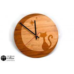 'Chat dans la lune' est une horloge murale en bois (bambou) qui représente un chat curieux ou pensif observant l'astre lunaire. Cette horloge originale vous invite au rêve et à la liberté avec poésie. #chat #wood #clock #bois #horloge