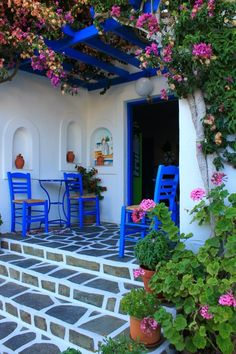 Front Porch with Blue accents, geraniums and bougainvillea (bugambilia) Beautiful Flowers, Beautiful Places, Greek House, Bougainvillea, Outdoor Living, Outdoor Decor, Santorini, Provence, Home And Garden