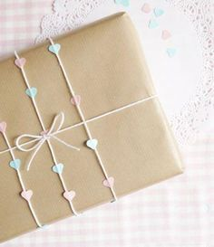 Gift Wrapping Inspiration : wrapping using hole punch Diy Holiday Gifts, Christmas Gift Tags, Christmas Crafts For Kids, Diy Gifts, Creative Gift Wrapping, Creative Gifts, Wrapping Ideas, Diy Confetti, Cute Envelopes