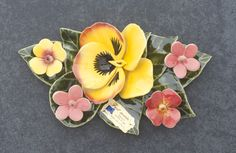 Ceramic decoration with yellow violet and garden flowers (19x11cm). High quality and resistant to frost. Handmade in France. Boeketje van keramiek met gele viool en tuinbloemen. Hoge kwaliteit en bestand tegen vorst. Handgemaakt in Frankrijk. #keramiekvoorbuiten