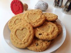Underbara sötsalta småkakor med smak av jordnötter och choklad. Kakorna blir extra söta om du stämplar dem med en kakstämpel. Baka dessa jordnötskakor och bjud dina nära och kära på ren...