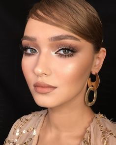 natural glam makeup looks for green eyes, light dramatic falsies, silver shimmer… – Beauty Make up Styles Maquillaje Glam Natural, Natural Glam Makeup, Glam Makeup Look, Eye Makeup, Makeup Lipstick, Insta Makeup, Grey Smokey Eye, Smokey Eyes, Makeup Trends
