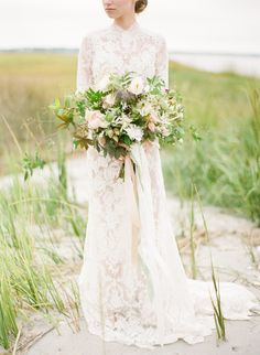 Organic seaside wedding ideas you'll definitely love! Click here to get inspired. #outdoorweddingideas #organicweddingideas #laceweddingdress #seasideweddinginspiration