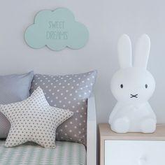 Un bonita nube de madera para decorar las habitaciones de los más peques de la casa.