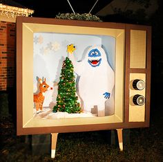 Yep, they made a 7 foot wide vintage TV with a scene from Rudolph in it for their front yard. Wow! DIY Vintage Christmas TV