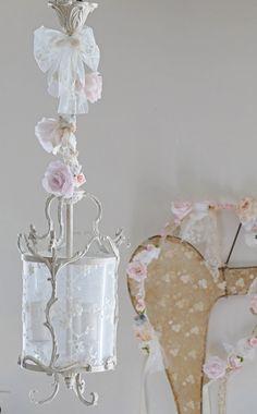 Lanterne patinée et dentelle shabby chic, roses en papier romantique. Lantern shabby chic french boudoir, lace and paper roses.