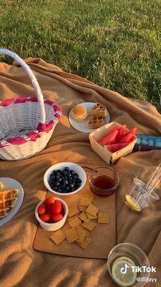 Picnic Date Food, Picnic Snacks, Picnic Time, Summer Picnic, Picnic Ideas, Beach Picnic Foods, Picnic Parties, Picnic Recipes, Comida Picnic
