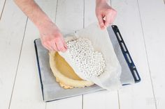 Voor een goede taart of quiche zonder zompige bodem is het belangrijk dat je het deeg eerst blind bakt. Blindbakken levert een lekkerder eindresultaat op!