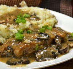 Μια συνταγή για ένα υπέροχο πιάτο. Χοιρινό ριγανάτο με κρεμμύδια και μανιτάρια με τέλεια σάλτσα, σερβιρισμένο με πουρέ. Ένα σιγοβρασμένο φαγητό για μια τέλ