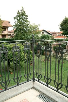 Cast-iron railings – 9502.0507VS http://www.modus.sm/en/products/railings/cast-iron-railings/9502-0507vsls/9502-0507vs.asp?ID0=1291&ID0_=1291&ID1=1312&ID1_=1312&ID2=1339&ID2_=1339&ID3=1633&ID3_=1633&IDProdotto=1322&L=EN #Modus #ModusRailings #outdoorfurniture #inspiration #castiron #railing #castironrailing #ghisa #ringhiera #ringhierainghisa #floraldecoration #grey #balconies #design #architecture #follow