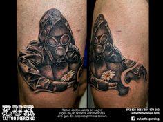 Tattoo estilo realista en negro y gris de un hombre con mascara anti gas. En proceso, primera sesión.