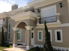 molduras-de-cimento-fachadas-1 Classic House Exterior, Dream House Exterior, Bungalow House Design, House Front Design, Minimalist House Design, Modern House Design, Exterior Paint Colors For House, Stucco Colors, House Design Pictures
