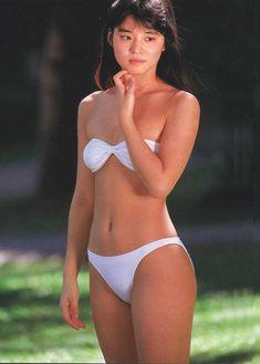 白色ビキニの石田ゆり子
