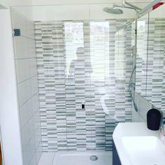 Dusche nach Maß vom Glasermeisterbetrieb.  #wirlebenglas #pauliundsohn #esg #sicherheitsglas #sanitär #badezimmer #dusche #shower… Blinds, Bathtub, Curtains, Bathroom, Home Decor, Bathrooms, Standing Bath, Washroom, Decoration Home