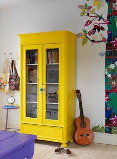 Een oude kast in een goede felle kleur.. Prachtig voor op de kinderkamer! #decoração #decoration #pin_it @mundodascasas Veja mais aqui(See more here) www.mundodascasas.com.br