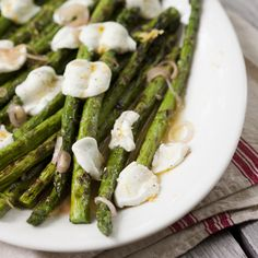 La mozzarella ajoute une touche de finesse à cet accompagnement tout simple. Vinaigrette, Asparagus, Finesse, 20 Minutes, Vegetables, Simple, Grilled Asparagus, Side Dishes, Olive Oil